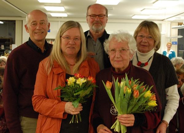 Agnes Kondering mit Irmela Dening und Freunden in der Stadtbibliothek